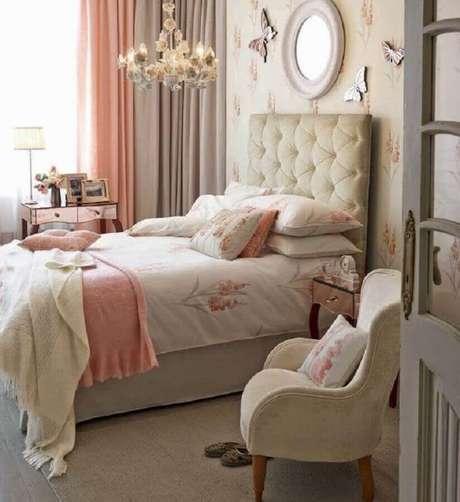 61. Poltrona decorativa para quarto feminino com cabeceira capitonê – Foto: Home Fashion Trend