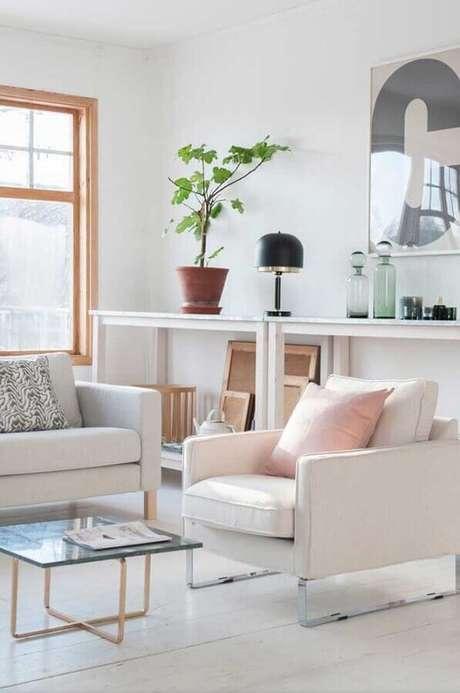 62. Decoração clean para sala branca com poltrona decorativa – Foto: Apartment Therapy
