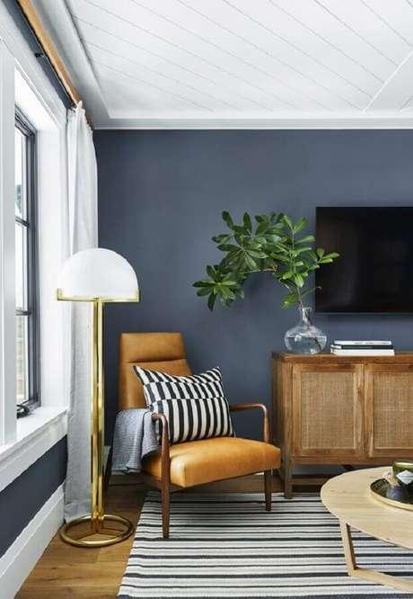 11. Sala de TV decorada com poltrona decorativa de couro e madeira – Foto: Apartment Therapy