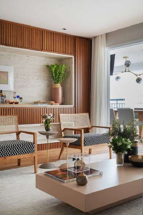 64. Decoração de sala com poltronas de madeira com encosto de telinha – Foto: Casa de Valentina