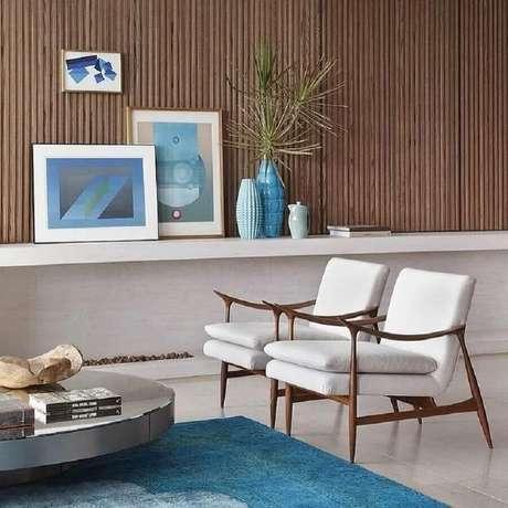 67. Poltronas decorativas de madeira com estofado branco para sala moderna e sofisticada – Foto: André Luiz e Pablo Caribé