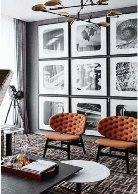 70. Poltronas decorativas para sala cinza moderna decorada com parede de quadros – Foto: Futurist Architecture