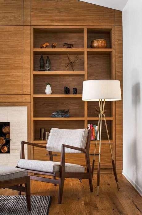 76. Poltrona decorativa de madeira para sala planejada com estante de madeira e abajur de chão – Foto: Richard Brown Architect