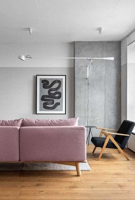 80. Sala simples decorada com sofá rosa e poltrona decorativa preta de madeira – Foto: Archilovers