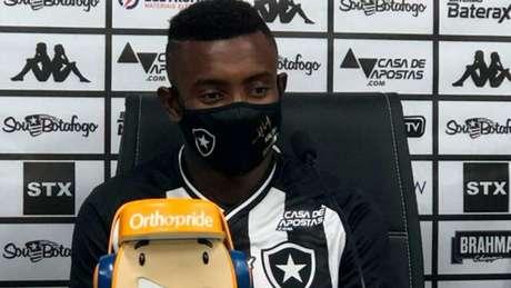 'Vou me dedicar para dar o melhor para a equipe', declarou Kalou (Divulgação Twitter/Botafogo)