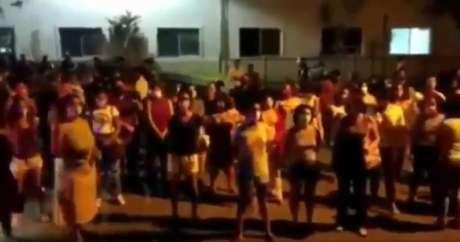 Grupo de mulheres se posiciona em frente ao hospital em que garota de 10 anos estava internada para impedir que religiosos invadam o local
