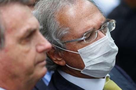 Ministro da Economia, Paulo Guedes, ao lado do presidente Jair Bolsonaro  07/05/2020 REUTERS/Adriano Machado