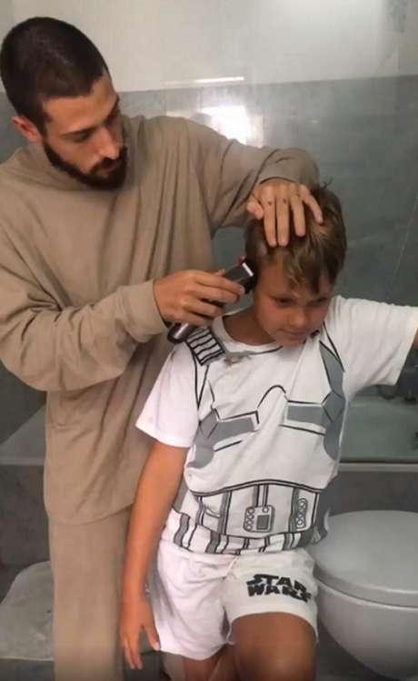 Davi Lucca, de 8 anos, teve cabelo cortado pelo padrasto (Foto: Reprodução /Instagram)