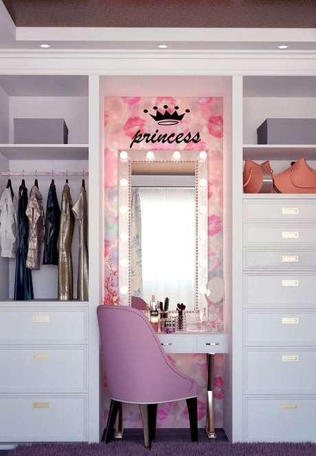 84. Closet com penteadeira camarim suspensa – Via: Pinterest