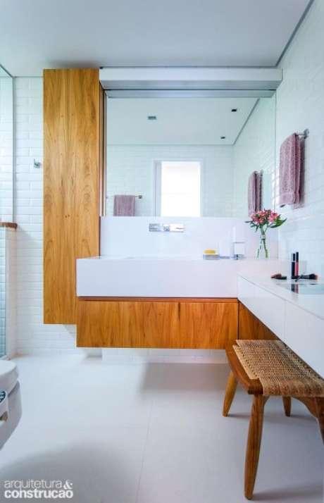 12. Banheiro com penteadeira suspensa sem espelho – Via: Arquitetura e Construção