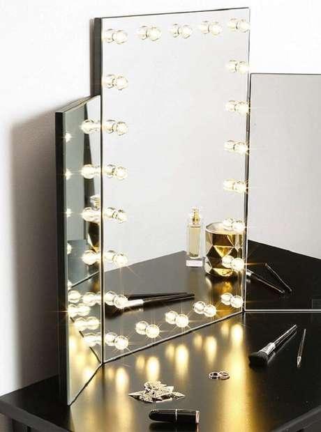 13. Penteadeira camarim com espelho apoiado na bancada – Via: Pinterest