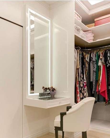 26. Penteadeira suspensa pequena no closet – Via: Andrea Alcantara