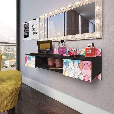 32. Penteadeira suspensa colorida com espelho iluminado – Via: Revista VD