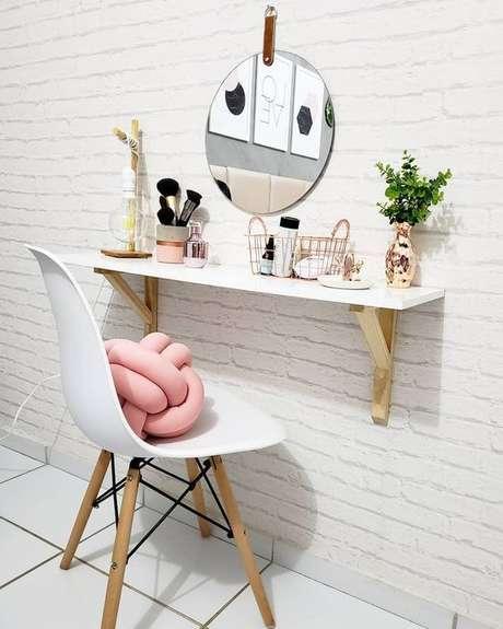 9. Penteadeira suspensa com cadeira branca e almofada rosa moderna – Via: Decorando sua casa