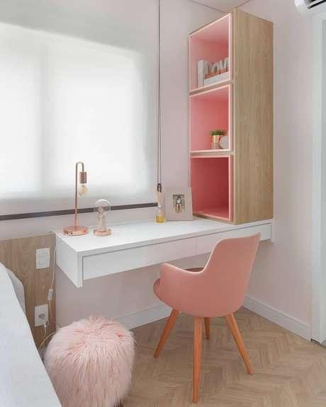 35. Penteadeira suspensa no quarto de menina com detalhes em rosa e nichos organizadores – Via: M de Mulher