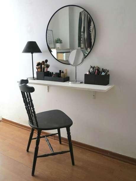 8. Escolha cadeiras bonitas para sua penteadeira suspensa – Via: Pinterest