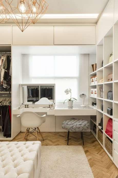 39. Penteadeira suspensa com espelho no closet moderno – Via: Casa Claudia