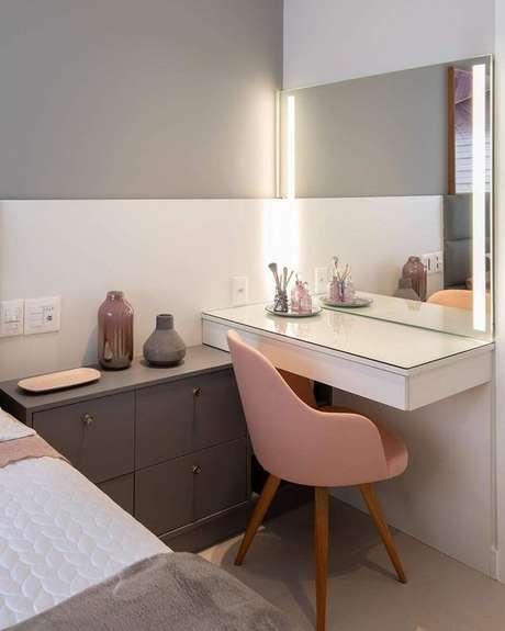 40. Penteadeira suspesna com espelho e luz led e cadeira rosa – Via: Pinterest