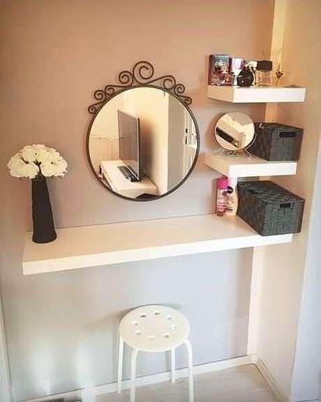 48. Penteadeira suspensa pequena com prateleiras para organizar o ambiente – Via: Pinterest