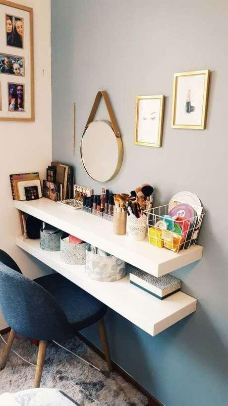 49. Prateleira para penteadeira suspensa com maquiagens – Via; Pinterest