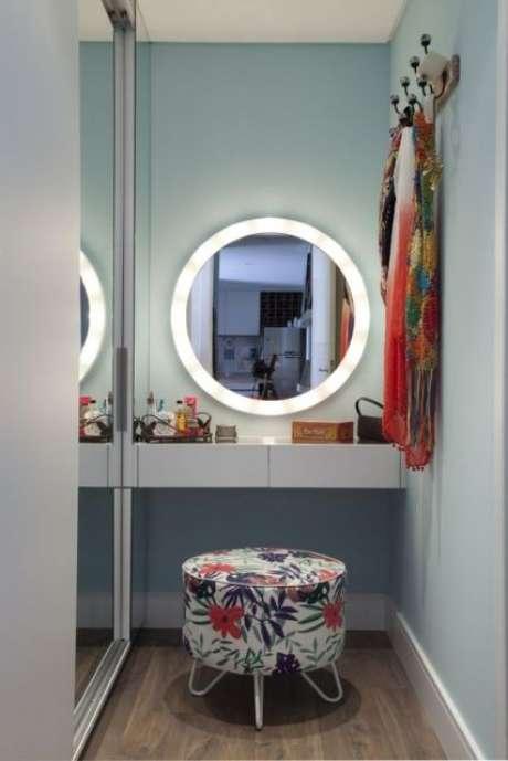 54. Penteadeira suspensa com puff estampado e espelho redondo em led – Via: Pinterest