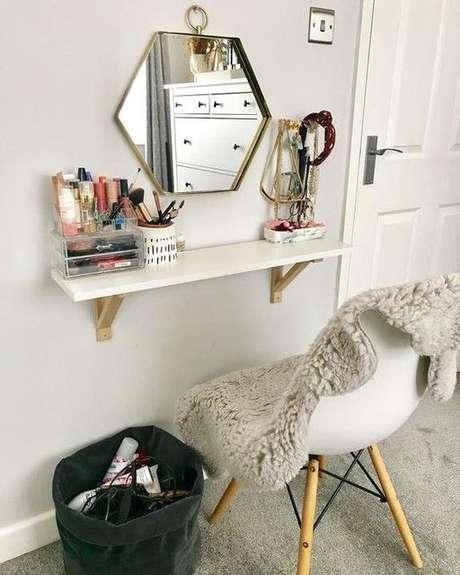 60. Penteadeira suspensa branca com espelho moderno – Via: Ikea