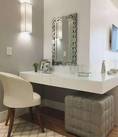 76. Penteadeira suspensa simples com espelho moderno – Via: Pinterest