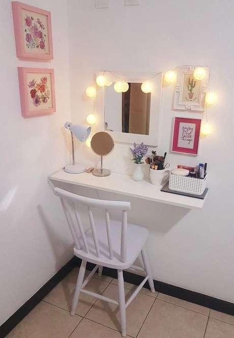 78. Penteadeira suspensa com luzes acima do espelho – Via: Pinterest