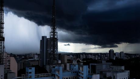 Foto de arquivo mostra São Paulo sob nuvens carregadas; próximos dias serão de chuva, frio e até neve em boa parte do país