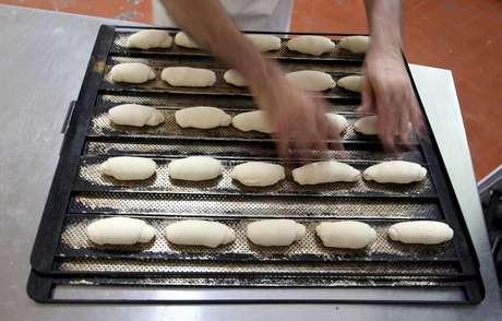 Trabalhador prepara pão em padaria de São Paulo 25/09/2015 REUTERS/Paulo Whitaker