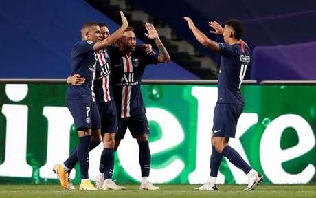 Neymar festeja ao lado de M'Bappé , Di Maria e Kehrer um dos gols do PSG sobre o RB (MANU FERNANDEZ /AFP)