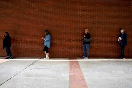 Pessoas em fila para pedido de auxílio-desemprego em Fort Smith, Arkansas (EUA)  06/04/2020 REUTERS/Nick Oxford