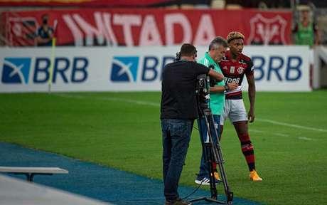 Dome conversa com Vitinho: técnico ainda não fez a diferença com suas alterações (Foto: Alexandre Vidal/Flamengo)