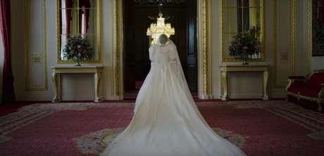 A equipe de figurino da série reproduziu o traje majestoso criado pelos estilistas David e Elizabeth Emanuel para a virginal noiva Diana