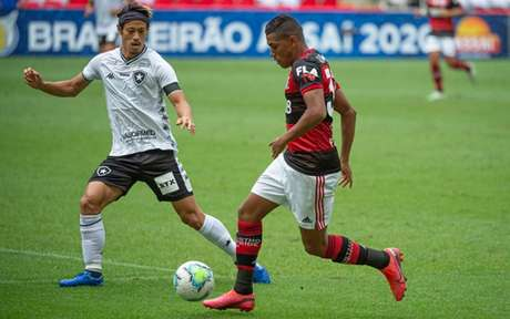 Pedro Rocha e Honda disputam bola (Foto: Alexandre Vidal/Flamengo)