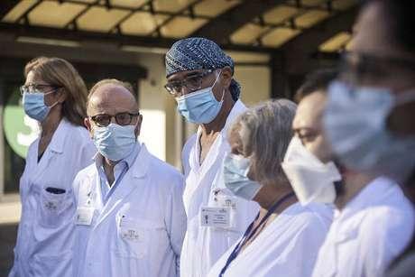Médicos durante apresentação do ensaio clínico de vacina italiana anti-Covid
