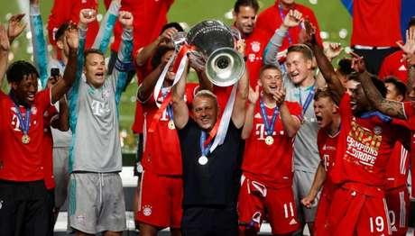 Técnico Flick levanta a taça do hexa da Champions conquistada neste domingo pelo Bayern (MATTHEW CHILDS /AFP)