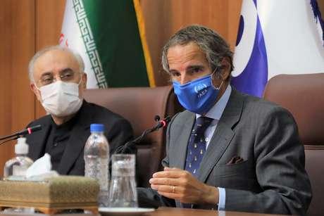 Rafael Grossi fala durante entrevista, ao lado de Ali-Akbar Salehi, em Teerã  25/8/ 2020 WANA (West Asia News Agency)/REUTERS