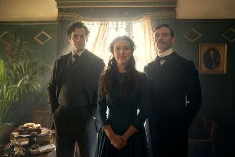 Millie Bobby Brown dá vida à Enola Holmes, a irmã adolescente do famoso detetive Sherlock.