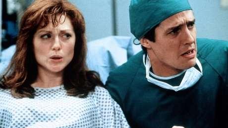 Hugh Grant e Julianne Moore em 'Nove Meses'; no filme o pai entra em pânico na hora do parto