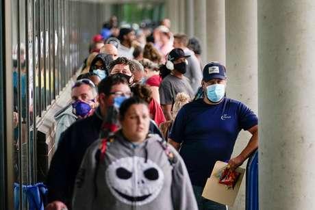 Centenas de pessoas fazem fila do lado de fora de um Career Center na esperança de encontrar assistência para pedir auxílio-desemprego em Frankfort, Kentucky, EUA. 18/06/2020 REUTERS / Bryan Woolston