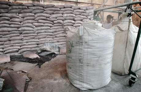 Sacas de açúcar em unidade de processamento em Campos dos Goytacazes (RJ)  10/11/2010 REUTERS/Sergio Moraes