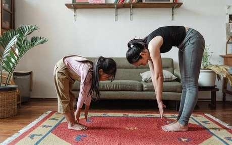 Faça exercícios de yoga sem sair de casa -