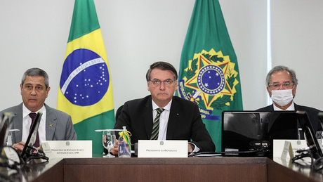 O presidente Jair Bolsonaro entre os ministros general Braga Netto e Paulo Guedes, que representam posições divergentes dentro do Planalto sobre gastos públicos
