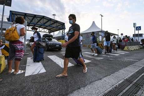 Desembarque de turistas retornando da Sardenha em Civitavecchia, perto de Roma