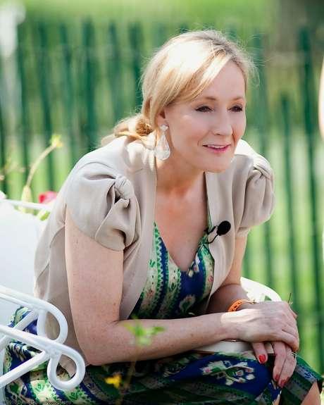J.K. Rowling devolve prêmio humanitário após acusações de transfobia
