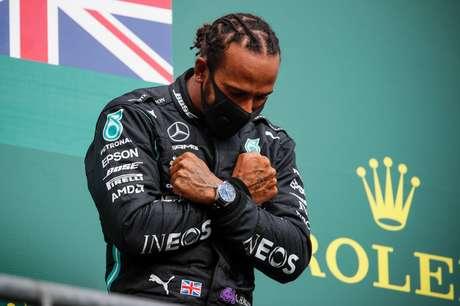 Lewis Hamilton homenageia Chadwick Boseman após vencer em Spa