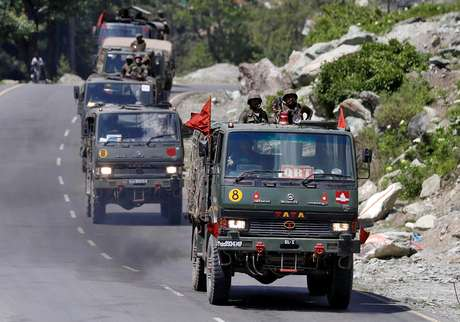 Comboio do Exército indiano se dirige à região fronteiriça de Ladakh 18/06/2020 REUTERS/Danish Ismail
