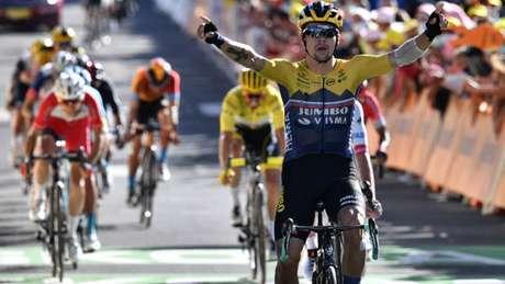 O esloveno Primoz Roglic ergue os braços após vencer a etapa 4 da Volta da França ( Anne-Christine/AFP)