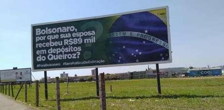 Outdoor em Rio Claro, no interior de São Paulo, questiona valor recebido por Michelle Bolsonaro